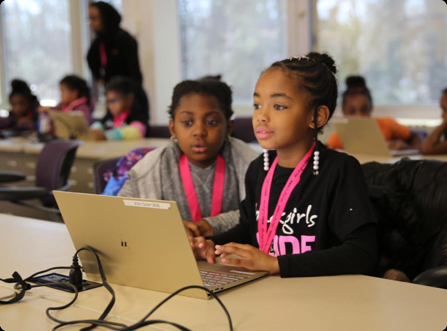 chicas trabajando en laptop