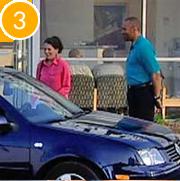 Mujer recogiendo el auto del taller