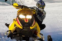 hombre montando moto de nieve